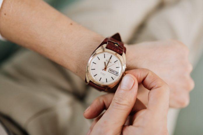 Person har et designer ur på sit håndled