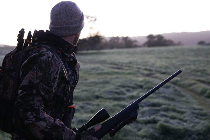 Mand er på jagt udenfor